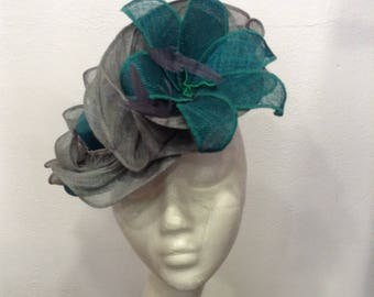 Emerald green and grey hat with sinamay buntal pour mariage ou cérémonie