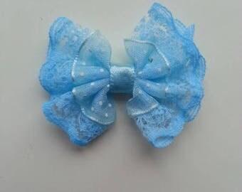 noeud en dentelle et organza à pois bleu  40*45mm