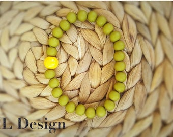 Beautiful high quality 8mm green beads bracelet with a 10mm yellow glass bead