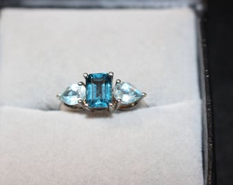 Sterling Silver Vintage Ring w/ Pretty Blue Stones.