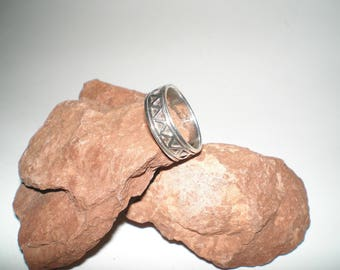 Zig-Zag Ring Sterling Silver Band Style Raised Geometric Overlay -Handsome Detail -Vintage UNISEX Size 7