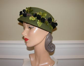 Deep Green Vintage Bucket Hat with Ebony Velvet Berries 1940-50 Wool Felt Hat with Velvet Berry and Leaf Wreath