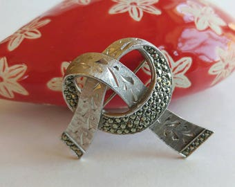 """Vintage Signed """"Sphinx"""" Twisted Knot Brooch w/ Marcasite Accents & Textured Details- Elegant Retro Era Abstract Silver Tone Bow Pretzel"""