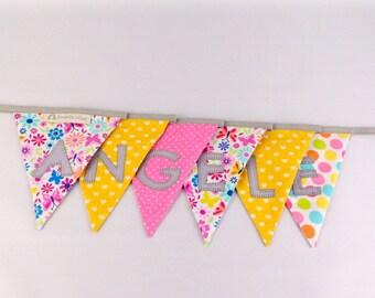 Guirlande fanions personnalisée prénom Angèle déco chambre fille rose jaune gris fleurs coeurs papillons banderole prénom cadeau enfant Noël