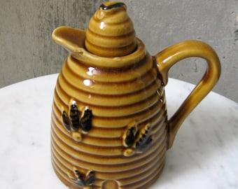 Vintage Beehive Honey Pot Pitcher Bees Caramel Color Stopper Handle 1950s 1960s