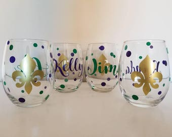 Personalized Mardi Gras wine glass, New Orleans, Fleur De Lis wine glass, Mardi Gras Wedding, Mardi Gras Gift, Wedding Gift, Party Favor
