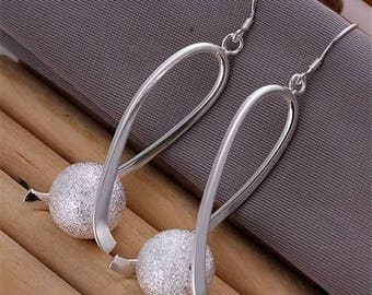 A stunning women ball 925 sterling silver plated dangle earring