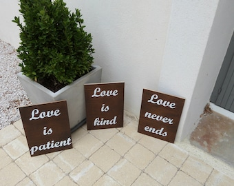 Panneaux pour mariage : love is kind, love is patient, love never ends.