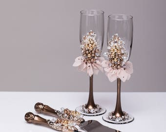 Wedding glasses and cake server set Champagne flutes and cake cutting brown beige wedding toasting glasses Pearl wedding champagne glasses
