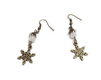 """Boucles d'oreilles rétro bronze flocon et jade teintée blanche, """"Winterflake"""""""