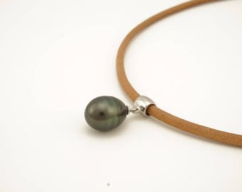 Jewelry necklace and Pearl, cultured pearl of TAHITI, leather necklace and black Tahitian Pearl