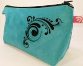 Trousse maquillage ou écolier en suédine marron et toile enduite hippie avec fleur bleue turquoise. Modèle: large