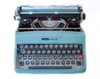 Typewriter Olivetti lettera 32 typewriter, made in italy, the 60's, vintage, mint condition