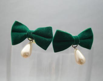 Christmas bow earrings, green bow earrings, pearl earrings, holiday earrings, 1960s Christmas, vintage holiday jewelry, velvet earrings