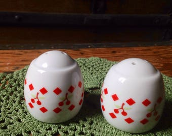 Salt and pepper shakers vintage retro 70s was camping family summer vacation
