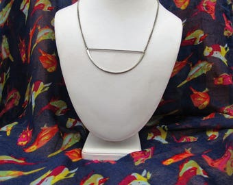Silver type necklace with detail
