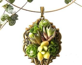 Collier Aslinn : pendentif vintage rococo, bijou végétal, parure de mariage, baptême, soirée événementielle, laiton et mini plantes grasses