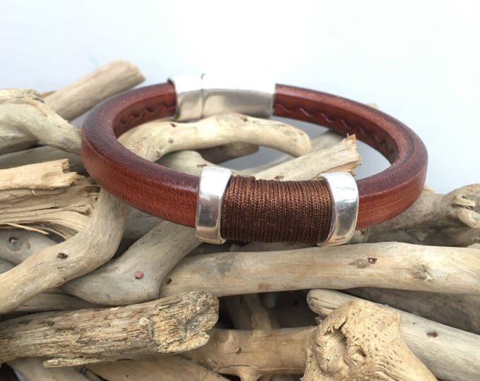Men's bracelet of brown regaliz leather with antique silver slide bead and magnetic clasp.