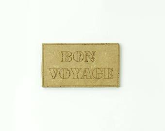 """Carte """"BON VOYAGE"""" réalisée en médium, taille 5cm"""