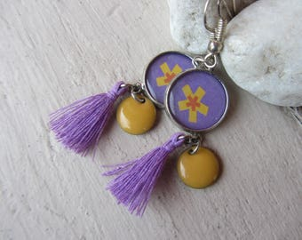 dangling earrings with cabochon charm round purple paper with yellow flower, sequin round enamel yellow and purple tassel