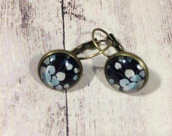 Black flower pattern cabochon earrings