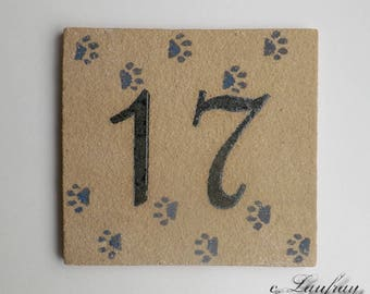Door plate in ochre stoneware, number 17, cat paws