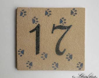 Door plate in ochre stoneware, number 17, cat paws