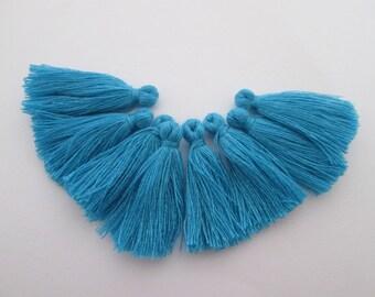 8 pompons en fils de coton longueur 3 cm couleur : bleu cyan