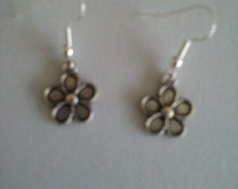 SMALL METAL FLOWER PIERCED BLOUCLES SILVER