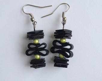 Inner tube of recycled bicycle and acrylic beads - green earrings