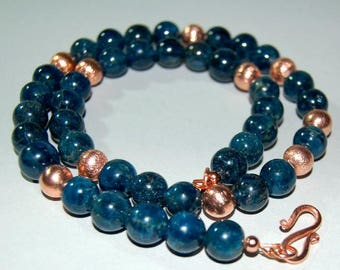 Gemstone necklace with apatite beads and brushed copper balls, 51 cm