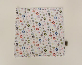 Square sponge and printed cotton for the potty training at table