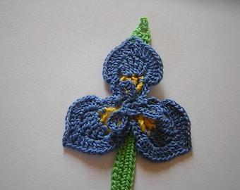 """jolie fleur """"iris"""" et sa feuille réalisées au crochet"""