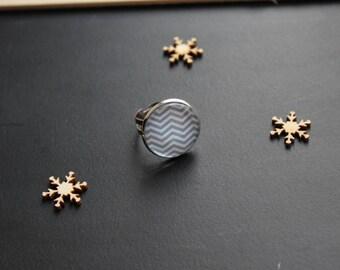 Symmetrical ring, grey stripe glass cabochon