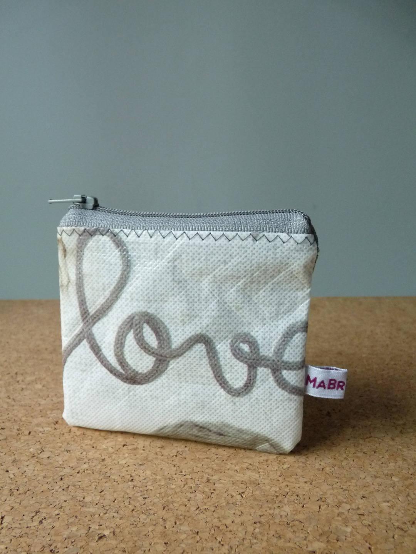Porte monnaie en plastique recycl love for Porte monnaie peace and love
