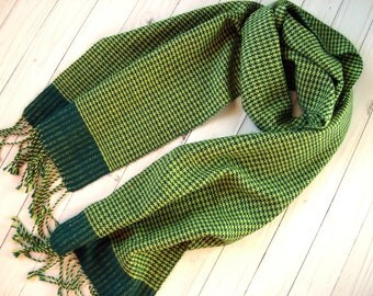 Hand woven womens scarf Trendy classic houndstooth plaid pattern Green handwoven women scarf with fringes Ladies wrap Spring handmade scarf