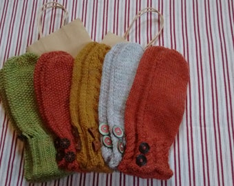 Ladies mittens with wooden buttons