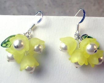 SALE, 50%, Yellow Lucite flowers with pearls and a green leaf dangle earrings, pearl earrings, yellow earrings, leaf earrings, holiday earri