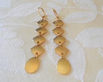 Lovely Vintage Gold Tone Dangle Drop Earrings