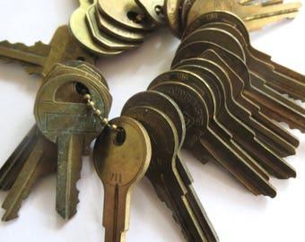 DESTASH 25 Vintage keys Jewelry keys Cheap keys Inexpensive keys Bargain Lot of keys Wholesale keys Wedding key Bulk keys Old brass keys #10