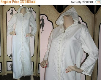 ON SALE Vintage White Embroidered Caftan, Front Zip with Hood. Medium to Large.