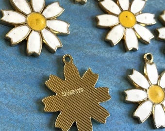 Vintage Daisy Charms Sarah Coventry Signed Enamel Gold Plated, Shabby chic charms, Daisies charms, signed Sarah coventry, white  NOS #G15F