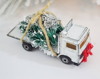 White Flatbed Christmas Tree Hauler Decorated Vintage Diecast Truck Bottle Brush Trees Red Green Chistmas Decoration Matchbox