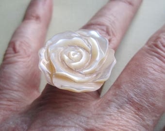 Rose on Silver Ring ./. Off White Rose Ring ./. Bague avec Rose ./. Carved Mother of Pearl Rose ./. Rose Ring ./. Large Carved Rose