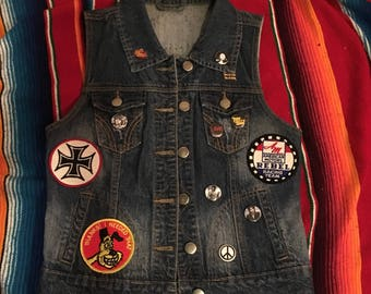Diy Kolbi Jean denim jean punk rock n roll vest XS S vintage pins patches Johnny thunders