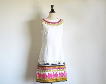 1/2 Off SALE Vintage 60s Graphic Shift, Alex Coleman, 1960 White Sleeveless Dress