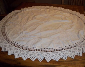 """vintage table cloth topper round doily scarf, 42"""" hand crochet lace edge embroidery center Shabby cottage chic Ivory"""