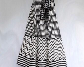LONGUE JUPE à pans blanche et noire en coton,  motifs carreaux