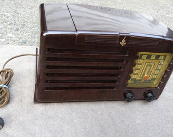 1941 Emerson 141 Bakelite Vacuum Tube AM Radio.