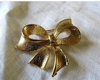 Xmas in July Sale Gold Tone Bow Brooch, Vintage Item, Bridal Bouquet Accent, Sweater, Lapel, scarf